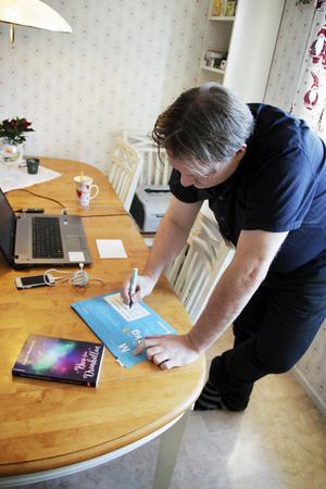 Köksbordet får ofta fungera som kontor  när Magnus Pamp sköter sitt bokförlag i Storvik. Beställda böcker skickar han ut och skriver adresserna för hand.