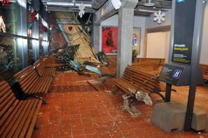 Det blev stora skador på Station Åres västliga gavel när stora takflak från Holiday Clubs kom flygande in genom väggen.