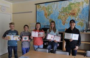 Eleverna visar stolt upp sina bidrag i boken som kommer spridas ut i Sveriges skolor, bokhandlar och bibliotek. (Från vänster: Jacob, Simon, Ebba, Moa och Axel)