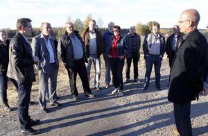 Kommunstyrelsens ledamöter åkte under onsdagen runt och besökte kommunens större projekt. Från höger: Stefan Färlin från Närljus som bjöd in till turen.
