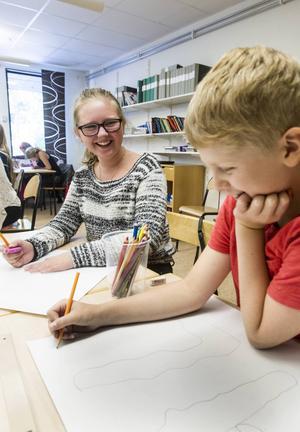 Eleverna fick lära sig konst som ligger nära vardagen. Erika Persson och Henning Larsson tycker också att det är kul att testa graffiti.