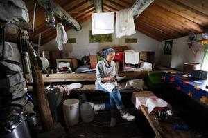 I ett av alla de små grå vindpinade husen på vallen gör Birgitta Höglund ost.