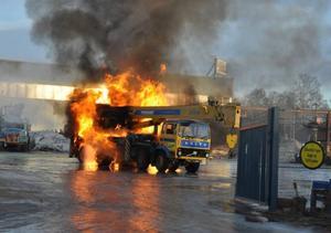 Kranbilen blev snabbt övertänd men föraren hann i alla fall köra bort den från byggnader och andra fordon.