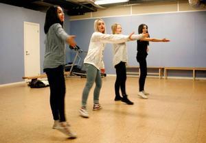 Parasto Hosseini, Jasmine Fakhreddine, Josefine Bergman, och Olivia Roberts leder hejaramsorna.