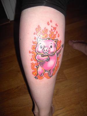 """""""Min son är stolt över min tatuering""""""""Att tatuera in en symbol för min son, det viktigaste i mitt liv, var ganska självklart. Tanken på just denna tatuering växte fram efter hans födelse i oktober 2007. Under graviditeten hade jag läst mycket, som alla förstagångsmammor, och sprungit på ett kinesiskt horoskop. Enligt detta skulle min son vara född i den eldröda grisens år och det tyckte jag lät oemotståndligt sött. Att vara född i grisens år anses lyckosamt, men att vara född i den eldröda grisens år anses ännu mer lyckosamt, då det inte infaller alls lika ofta. Tanken på lycka, tur och en söt gris fick mig att bestämma mig för motivet. Den precisa utformningen växte fram och förfärdigades tillsammans med min tatuerare. Jag ville ha en lycklig gris som dansade, eftersom vår son älskar att dansa, och den skulle vara omgiven av eld. Placeringen på kroppen var given. Jag har två tatueringar på andra benet och ville väga upp med en tatuering på mitt"""