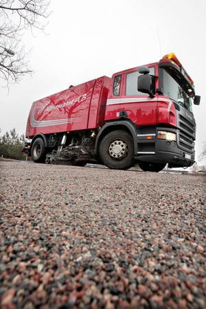 GÖR RENT PÅ GATORNA. Ett 10-tal fordon och lika många personer jobbar nu med att ta upp sand från Gävles gator, och så småningom utökas styrkan med fem personer till.