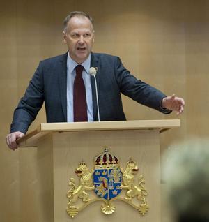 Jonas Sjöstedts gjorde debut i pratiledardebatten med rätt frågor och rätt svar. Efter valet av Sjöstedt rider Vänsterpartiet på en framgångsvåg.