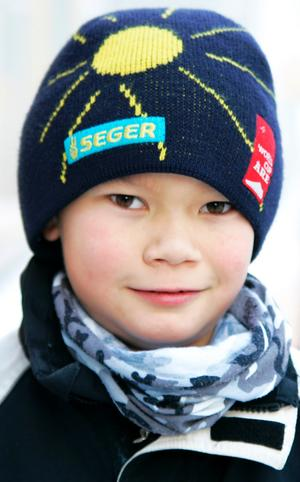 Erik Kitvisets, 10 år, Frösön:– Ja, för att bli varm. Jag började använda dem i november. Det är dåligt för kroppen att inte använda långkalsonger. Men det är tråkigt när det är kallt.