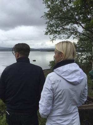 Linn och Anders Wågberg blickar ut över Ånnsjön och är djupt tacksamma för det arbete all räddningspersonal gjorde vid olyckan för ett år sedan.