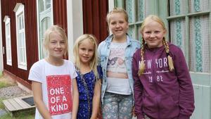 Tilda Holmström, 11 år, Tove Berg, 7 år, Milou Jervinge, 11 år, Hanna Jonsson, 11 år, tyckte den gammaldags lektionen var bra och rätt så annorlunda mot vad de är vana med.
