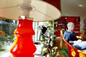 Lampfot i glas med mönstrad originalskärm (har 2st, okänd formgivare). Lisa sitter i