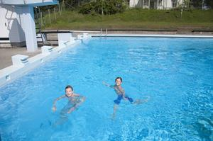 Oskar Ledström och Ludvig Eriksson spenderar sitt sommarlov på Malandsbadet. De är de enda besökarna som kommer nästan varje dag, oavsett väder.
