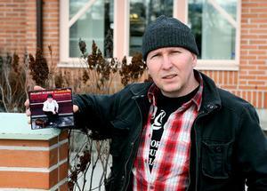 Roland Nilsson visar upp den nya skivan