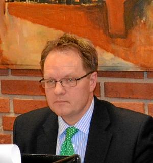 trotjänare slutar. Kommunjurist Niklas Tiedermann slutar som kommunsekreterare i Hallsberg och blir kanslichef i nya Region Örebro län.