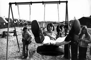 Mikael Persson gungar med kompisarna i lekparken i Virsbo. Året är 1974.