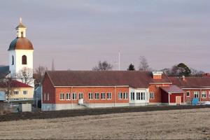 Fröstuna skola i Jättendal har varit på tapeten i varenda budgetmangling sedan 2006.