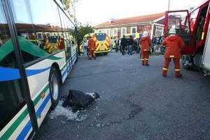 Femtonåringens jacka fastnade under ett busshjul när han körde in i bussen vid bussterminalen i Wii på Alnö igår eftermiddag.