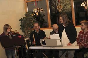 Ella Pettersson spelade fiol tillsammans med gruppen Utan Etikett.