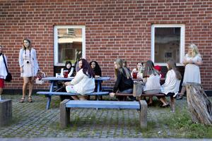 Skolavslutning för sjuorna på Norrsätraskolan. Eleverna lyssnar när biträdande rektor Simon Forslund  ger sitt tal.