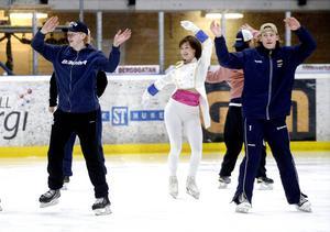 Spelare från Sundsvall Hockeys juniorlag och åkare från Konståkningsklubben Iskristallen på is – samtidigt.