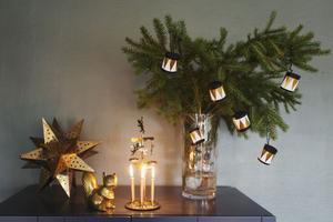 Söta julgransdekorationer i form av små trummor gör du enkelt själv av gamla toarullar, färg och guldpapper.