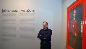 I entrérummet till utställningen poserar Peter Johansson själv intill ett av de iscensatta fotografierna av Peter som Zorn.