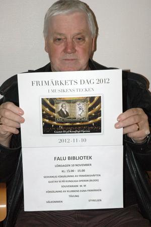 Falu Filatelist- och Vykortsförenings ordförande Christer Holm bjuder in till Frimärkets Dag på Länsbiblioteket i Falun. Bilden på affischen är av Gustav III-blocket som också finns till salu vid Frimärkets Dag-firandet.