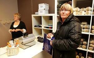 Första kunden, Lena Göräng, kom redan innan affären öppnad. Hon handlade material till en julklapp åt ett  barnbarn.FOTO: BERIT DJUSE