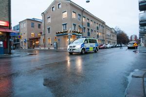 Polisen bevakar bland annat GD-huset med anledning av den höjda säkerheten i hela landet.