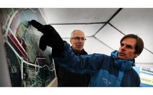 Falu kommuns representanter vid Myrans öppet hus, Peter Garvö och Thomas Jågas, visar de besökande detaljplanen över Myranområdet. Foto: Staffan Björklund