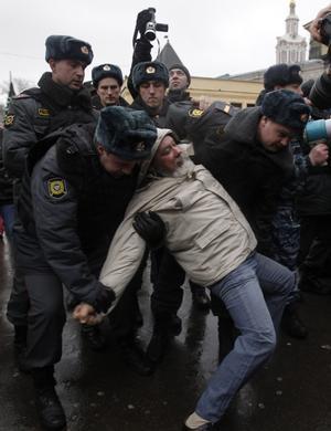 Våldsamt. En företrädare för den ryska oppositionen grips av ryska poliser utan Kreml igår. foto: scanpix
