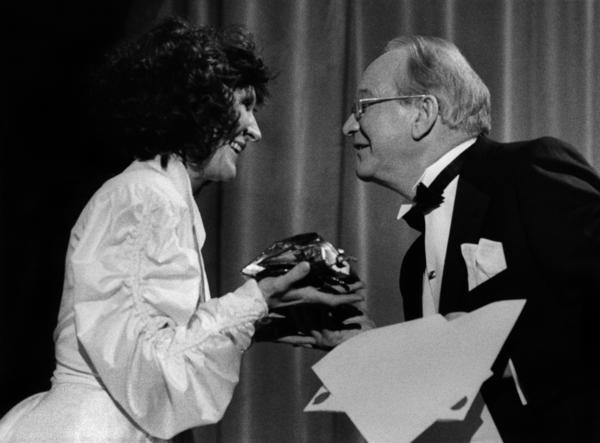 Kim Anderzon tar emot en guldbagge av prisutdelaren Carl-Gustaf Lindstedt, för 1983 års bästa kvinnliga skådespelerska efter sin prestation i filmen 'Andra dansen', vid Guldbaggegalan 1882-1983 i Blå hallen i Stadshuset i Stockholm 31:a oktober 1983.