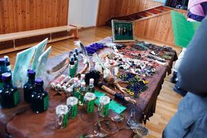 Carola Olsson sålde energiprodukter bestående av kristaller och hantverk.