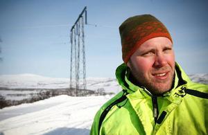 Jonas Englund, Hara jobbar åt Toréns som en av 50-talet grävmaskinsförare som jobbar längs kraftledningsbygget.– Vi bor på Ånns Värdshus där vi har hyrt hela ställets 16 rum, säger Jonas Englund som vill ha fortsatt kallt framöver för att hinna med jobbet.