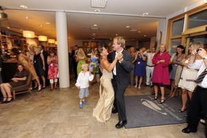Bröllopsvalsen inleddes med Pernilla och Bödvar på dansgolvet, påhejade av otröttlige sonen Axel med flagga. Foto:NisseSchmidt