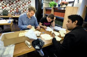 Från vänster till höger; Elias Adebo Roos, Jesper Wistrand och Johan Svanberg gillar jobbet som rösträknare .  – Kanske inte räknandet i sig, men det är kul att få vara med i den här processen, förklarar trion.