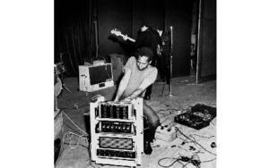 Emile Ford i Hedemoraparken den 1 juli 1964. Här med sin egenhändigt konstruerade ljudanläggning. Foto: Leif Forslund