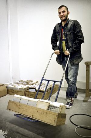 Tunga bilder. Varje låda innehåller nästan 40 kilo glasplåtar från Kamerabildens arkiv. På en säckkärra fraktar Kalle Sundman på Spectravision en av de fem sockerlådorna.