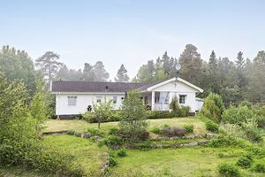 Den här villan i Norrsundet har både pool och havsnära läge.