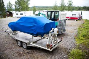 På en nyanlagd uppställningsplats står en av Seko-bolagets husvagnar samt en bilvoltssimulator som också ägs av Exvia AB.