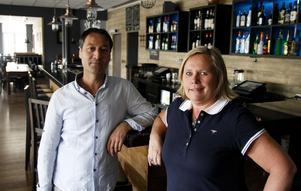Cengiz Karakoca och Beatrice Hansson Karakoca på Janus Bistro & Lounge i Ljusdal hade hellre sett att lagen tillät rökning på avskiljda delar av uteserveringar.