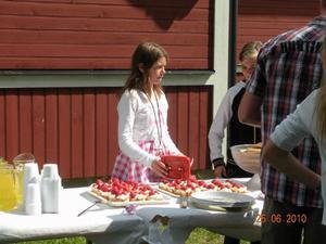 Elvira säljer jordgubbar. Bild: Privat.