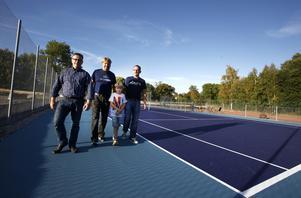 Peter Hilmersson, Marko Touminen med sonen Tristan och Tobias Wärme på den nya tennisbanan i Älmsta.