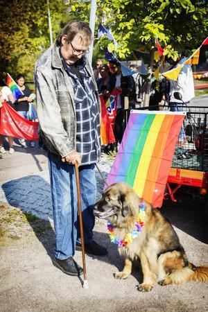 Hasse Hjort och hunden Vilda var två av deltagarna i Prideparaden.