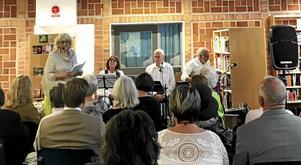Ett 30-tal personer samlades i Stora Skedvis nya ljusa bibliotek i förra veckan för att lyssna när Karin Jarl Nydén presenterade sin senaste bok. Texterna varvades med musik av kvartetten Ta ton.