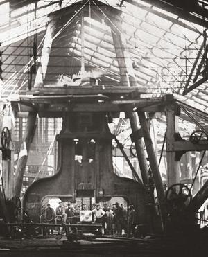 1865. Arbetare vid ånghammaren.