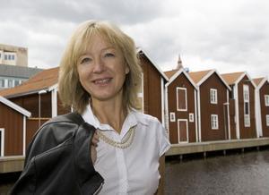 Marita Svensson, ny styrelseordförande i Hälsingland Turism, framför Möljen i Hudiskvall som är en turistmagnet om somrarna.