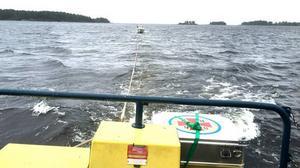 Sjöräddningen bogserar en båt till hamn. Ett vanligt uppdrag som de frivilliga sjöräddarna utför fler gånger varje bårsommar.