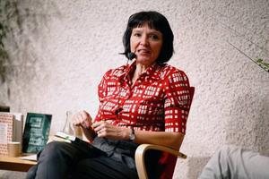 Anneli Jordahl är född i Östersund, hennes nya roman utspelar sig här och bilden är från ett författarbesök på biblioteket för ett par år sedan.
