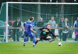 Christian Törnros gör sitt tredje och Rengsjös femte mål i derbyt mot Trönö hemma på Rengsjö IP i en match där Rengsjö vann med klara 5–1.